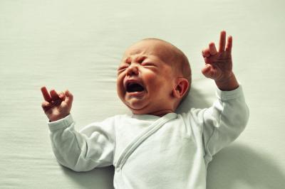 """Purpurowy płacz (purple crying): co to jest i dlaczego niemowlak ciągle płacze """"bez powodu""""?"""