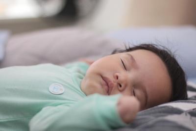 Kiedy dziecko przesypia całą noc? Jak nauczyć niemowlę przesypiać noce i kiedy to nastąpi?
