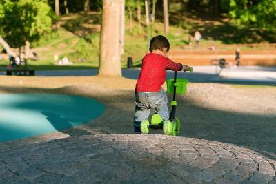 Zabawy dla dzieci na dworze, świeżym powietrzu: jakie gry zaangażują malucha?