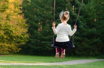 Huśtawka dla dziecka do domu: jaką bujawkę do pokoju malucha wybrać?