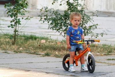 Rowerek dla rocznego dziecka: jaki wybrać dla małego chłopca lub dziewczynki? Propozycje