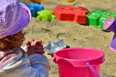 Zabawki do piasku i piaskownicy dla chłopca i dziewczynki: najlepsze propozycje Zabawki i Wyprawki