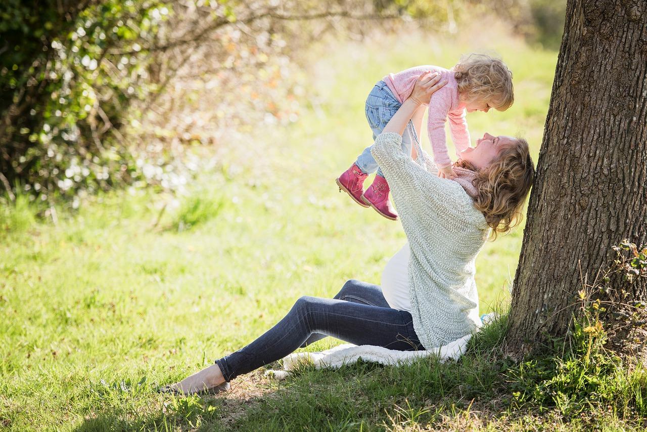 Zabawy z dwulatkiem i trzylatkiem w domu i na podwórku: pomysły na edukacyjne i rozwijające zabawy