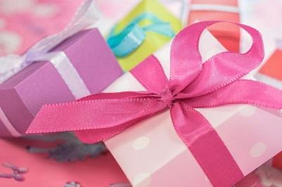 Prezent na roczek dla dziewczynki lub chłopca od chrzestnej, chrzestnego. Co kupić?