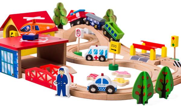 Zestaw drewnianej kolejki dla dzieci z ciuchcią, torami i innymi pojazdami