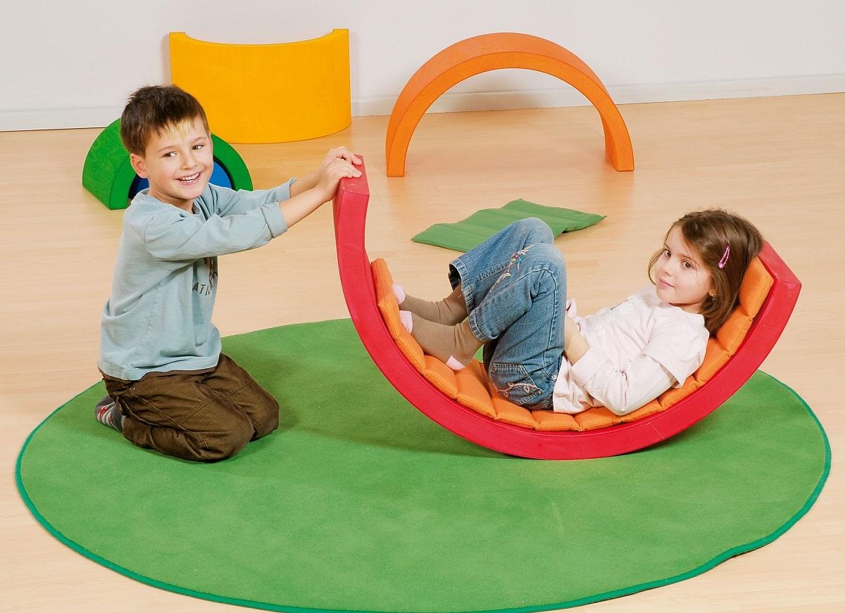 Zestaw kolorowych materacy do zabawy dla dzieci